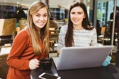 Amis à l'aide de l'ordinateur portable ensemble Image libre de droits
