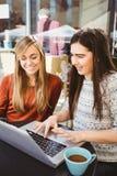 Amis à l'aide de l'ordinateur portable ensemble Images libres de droits