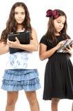 Amis à l'aide de la Tablette Images libres de droits