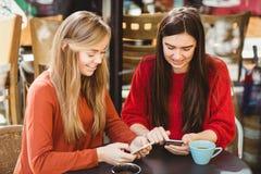 Amis à l'aide de leur smartphone Photos stock