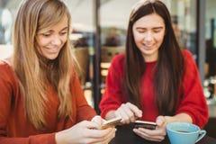 Amis à l'aide de leur smartphone Image stock