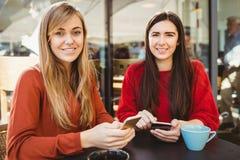 Amis à l'aide de leur smartphone Images stock