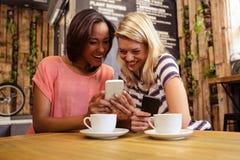 Amis à l'aide des smartphones Image stock