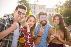 Amis à l'extérieur Photos libres de droits