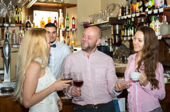 Amis à la barre avec le barman Photos stock