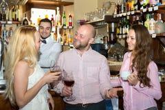 Amis à la barre avec le barman Image libre de droits
