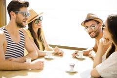 Amis à la barre de plage Photographie stock