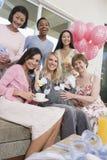 Amis à la fête de naissance Photo stock