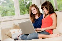 Amis à la maison Image libre de droits