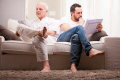 Amis à la maison détendant dans un salon Images libres de droits