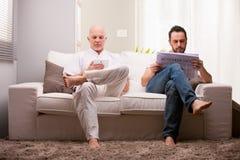 Amis à la maison détendant dans un salon Photos stock