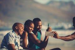 Amis à la partie de plage prenant le selfie Images stock