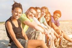 Amis à la plage Images libres de droits