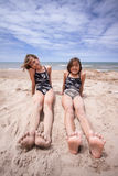 Amis à la plage pendant l'été Sun Photographie stock libre de droits