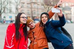Amis à un centre de la ville touristique, prenant un selfie Photos stock