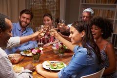 Amis à un dîner de soirée Photo libre de droits