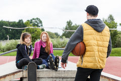Amis à un parc de patin Image libre de droits