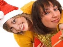 Amis échangeant des cadeaux de Noël Photo stock