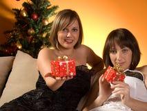 Amis échangeant des cadeaux de Noël Images libres de droits