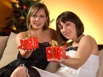 Amis échangeant des cadeaux de Noël Photos stock