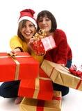 Amis échangeant des cadeaux de Noël Photographie stock libre de droits