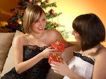 Amis échangeant des présents Photo stock