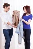 Amis échangeant des vestes Photos stock