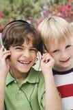 Amis écoutant la musique Photographie stock libre de droits