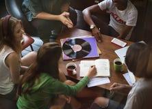 Amis écoutant la musique ensemble Images libres de droits