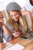 Amis écoutant la musique sur le smartphone ensemble Images libres de droits