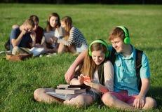 Amis écoutant le lecteur MP3 Image stock