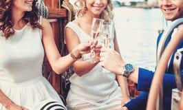 Amis élégants ayant l'amusement sur un yacht Images stock