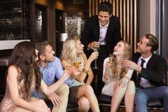 Amis élégants ayant une boisson ensemble Photographie stock
