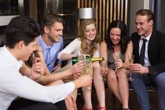 Amis élégants ayant une boisson ensemble Photos stock