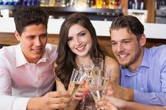 Amis élégants ayant une boisson ensemble Photographie stock libre de droits