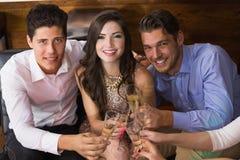 Amis élégants ayant une boisson ensemble Image libre de droits