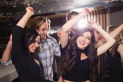 Amis élégants dansant et souriant Photographie stock