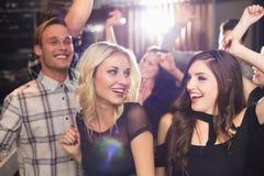Amis élégants dansant et souriant Photo libre de droits