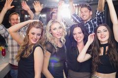 Amis élégants dansant et souriant Photos libres de droits