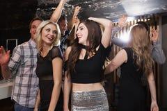 Amis élégants dansant et souriant Photographie stock libre de droits