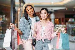 Amis élégants de femmes faisant des emplettes ensemble au centre commercial Images stock