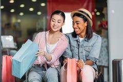 Amis élégants de femmes faisant des emplettes ensemble au centre commercial Photos libres de droits
