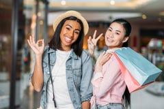 Amis élégants de femmes faisant des emplettes ensemble au centre commercial Photographie stock