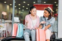 Amis élégants de femmes faisant des emplettes ensemble au centre commercial Image libre de droits