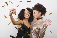 Amis élégants de jeunes femmes prenant le selfie Images libres de droits