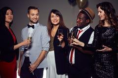 Amis élégants faisant la fête dans la boîte de nuit Images libres de droits