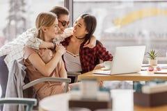 Amis élégants passant le temps ensemble en café Photographie stock