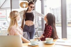 Amis élégants passant le temps ensemble en café Photos stock