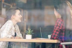 Amis élégants passant le temps ensemble en café Image stock