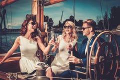 Amis élégants sur un yacht Photo stock